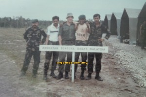 Emran (dua, kanan) sewaktu pertandingan menembak di Brunei