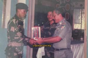 Emran (kanan) menerima hadiah perpisahan daripada Pegawai Pemerintah 21 Komando, Leftenan Kolonel Omar Datuk Ismail
