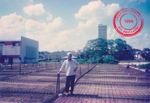 Gambar ihsan: En. Abd Latip | Encik Abdul Latip bin Haji Idris ketika projek membina Bangunan Sri Genuang pada tahun 1994.