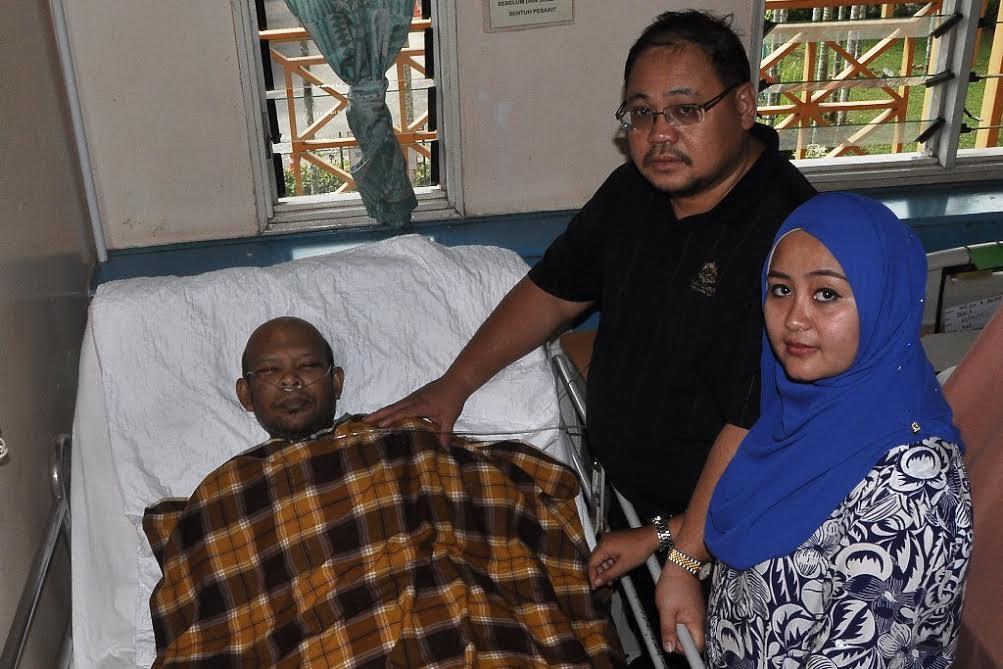 Ahmad Saufi (kiri) ketika menerima kunjungan Mohd Azahar (tengah) dan isteri di HDS