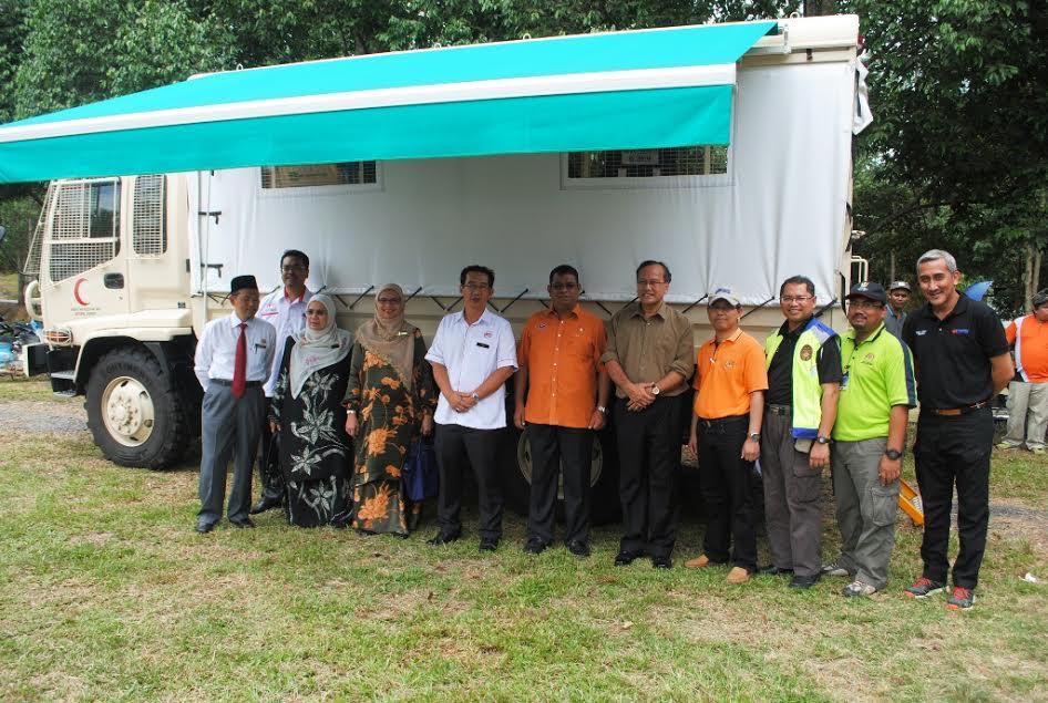 Ayub (tengah) bersama kakitangan Kementerian Kesihatan di hadapan JDMRV.