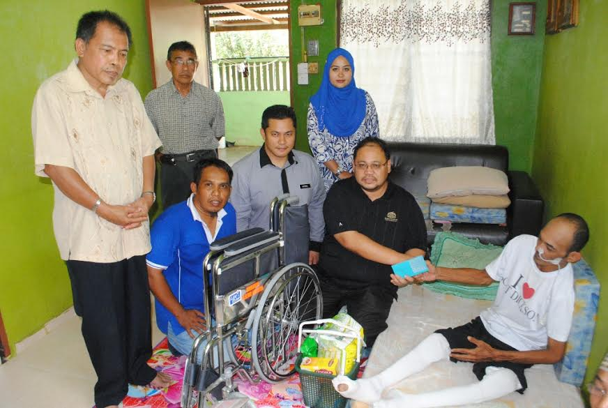 Azhar Ibrahim (2 dari kanan) ADUN Tenang bersama Azizul, Pegawai Kebajikan Masyarakat Segamat menyampaikan bantuan baru-baru ini.