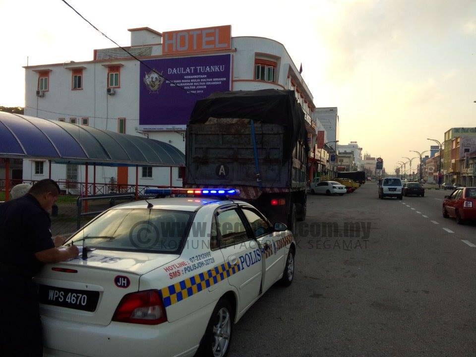 Lori yang ditahan membawa muatan berlebihan. | Foto Kredit Polis Daerah Segamat