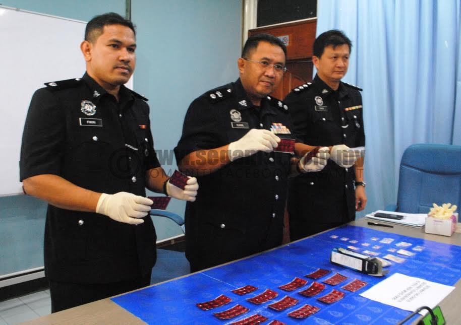 Mohd Kamil (tengah) menunjukkan dadah yang berjaya dirampas.
