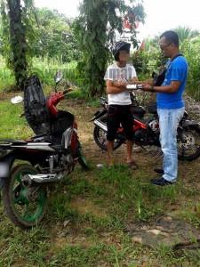 Pemeriksaan juga dilakukan terhadap penunggang motosikal untuk menangani gejala rempit dan lumba haram. | Foto Kredit Polis Daerah Segamat