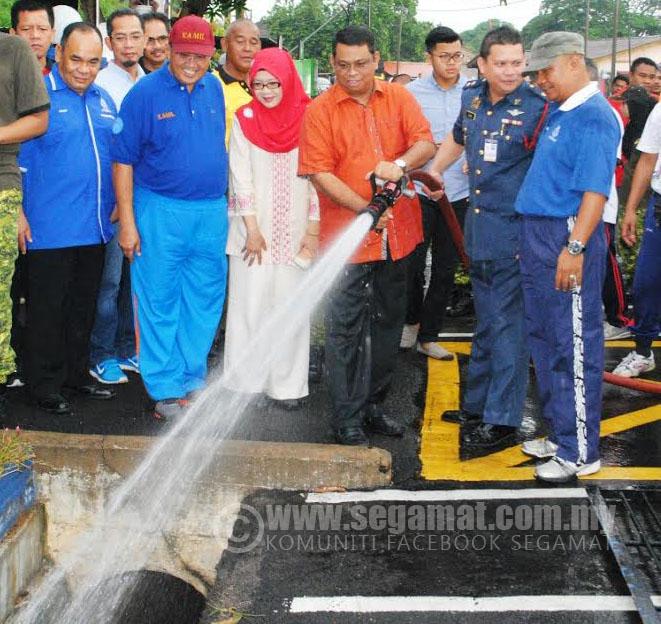Ayub (tiga dari kanan) membersihkan longkang ketika Program Gotong Royong Perdana Cegah Wabak Denggi.