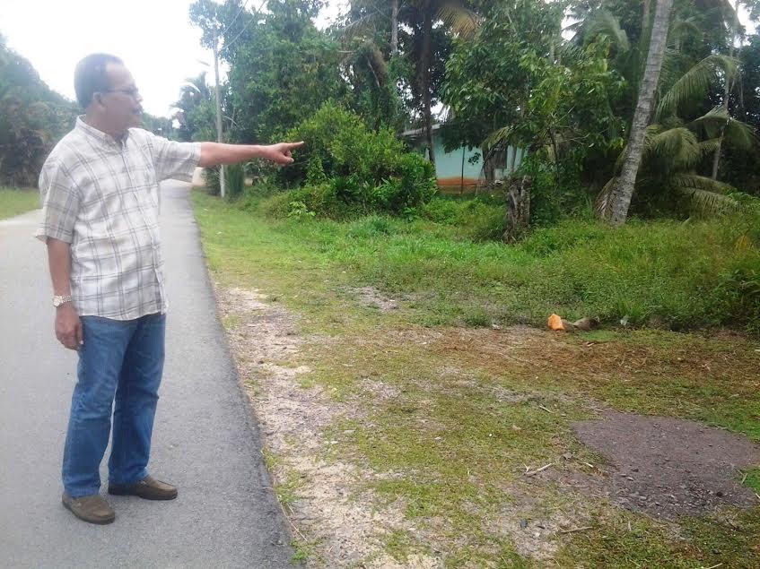 Darham menunjukkan lokasi kotak kayu yang didaratkan menggunakan payung terjun.