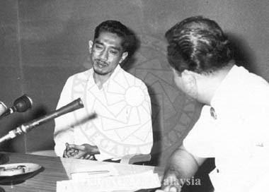 Sutikno (kiri) ketika ditemubual oleh Suara Malaysia (gambar Arkib Negara)