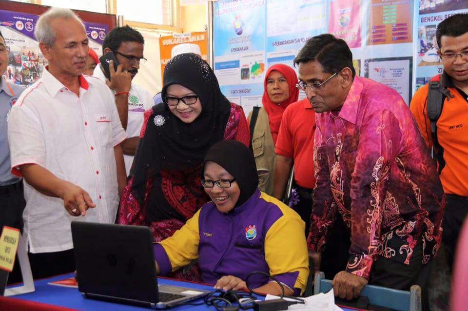 Subramaniam (kanan) melihat sukarelawan Kospen memasukkan data menggunakan komputer riba.