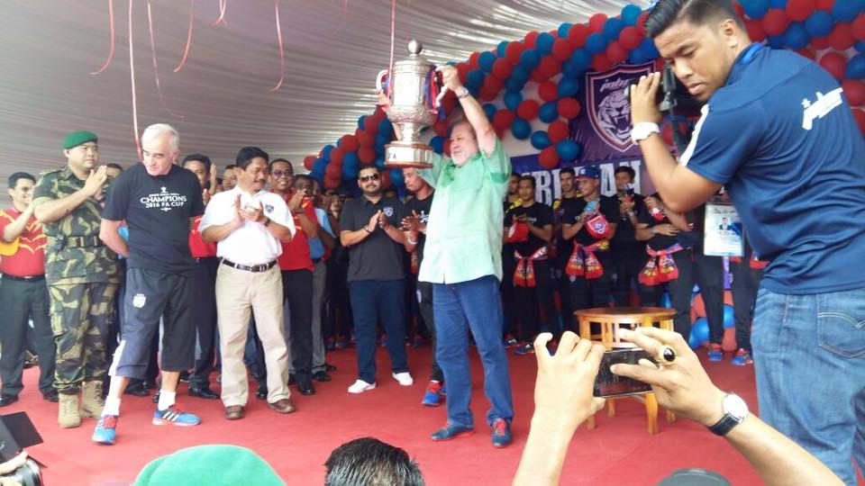 Sultan Ibrahim julang piala FA di hadapan penyokong JDT di Taman Yayasan, Segamat