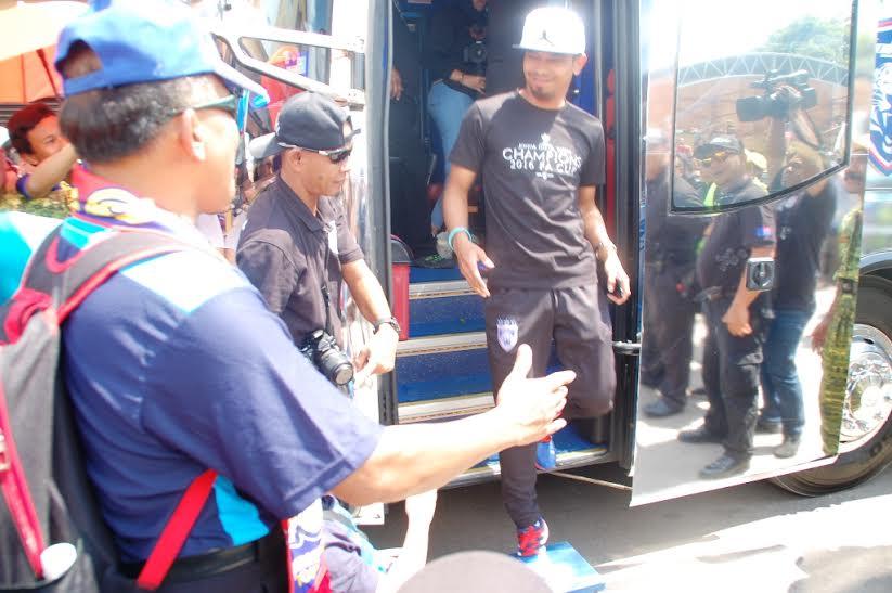 Kapten pasukan JDT, Mohd Safiq Rahim disambut oleh penyokongnya ketika tiba di Taman Yayasan, Segamat