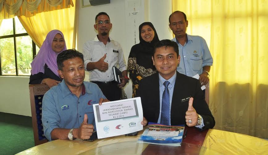 Mohd Haffiz (duduk, kanan) ketika sidang media khas Mini Agro Johor di Majlis Daerah Labis