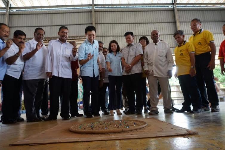Tee Yong (lima,kiri) mencuba permainan guli selepas merasmikan Majlis Pelancaran Festival Bekok