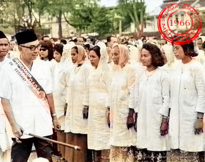 Gambar Oleh: Media Prima | 3 Julai 1966 Timbalan Perdana Menteri, Tun Abdul Razak sedang memeriksa satu perbarisan pergerakan Kaum Ibu UMNO, Segamat dalam satu rapat umum di padang Segamat, Johore